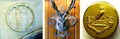 Três imagens, uma coruja de pedra esculpida em o que parece ser um batente da porta ou arco, e uma coruja de metal fundido cartoony saindo de uma parede de madeira, e uma pequena coruja moldada em um botão de ouro minúsculo com insígnias abaixo.