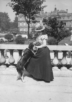 feuille-d-automne:  Jeune femme et son chien au jardin du Luxembourg. Paris, 1897. © Henri Roger / Roger-Viollet