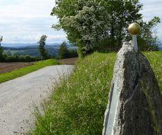 Auf dem Planetenweg Uetliberg-Felsenegg erfahren Sie Spannendes zu unserem Sonnensystem und geniessen die schöne Aussicht auf Zürichsee und Berge. Golf Courses, Country Roads, Sistema Solar, Planets, Beautiful Landscapes, Road Trip Destinations, Mountains, Switzerland