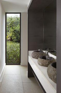 Jeg er så småt gået igang med at overveje, hvordan vores nye badeværelse skal se ud - og der findes så meget skøn inspiration derude. Her er et udpluk at skønne badeværelser, hvor sort er med til a...