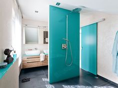 Badezimmer grün Fliesen Duschkabine Glas weiße Badmöbel ... | {Badmöbel türkis 53}
