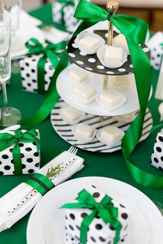 Adorable Kate Spade holiday party table setting inspiration!