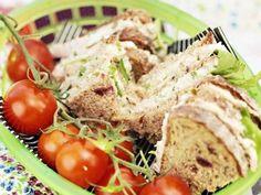 Sandwich på tonfisk med rågbröd Receptbild - Allt om Mat Picnic, Sandwiches, Lunch, Chicken, Meat, Food, Eat Lunch, Essen, Picnics