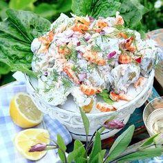 Färskpotatis som har en krämig och spännande dressing med kallrökt lax och senap. Salladen toppas med kräftstjärtar, men om man utesluter dem blir salladen ett gott tillbehör till grillad fisk. Chicken Salad, Pasta Salad, Greek Cucumber Salad, Broccoli Salad, Recipe Images, Healthy Salads, Salad Dressing, Salad Recipes, Potato Salad