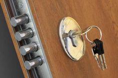 Te ofrecemos el servicio de cerrajería más completo que puedas encontrar en Barcelona. Realizamos aperturas de puertas, reparación de cerrojos, cambios, instalación entre otros.