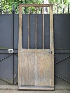 Ancienne porte d entrée d atelier vitrée , en chêne et fer 205 X 83 cm