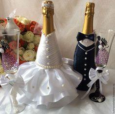 Купить или заказать Оформление свадебного шампанского в интернет-магазине на Ярмарке Мастеров. Свадьба – это торжество, с которым связанно большое количество оригинальных и интересных традиций. Одной из таких традиция является «Свадебное шампанское». «Свадебное шампанское» - это не любое шампанское, стоящее на праздничном столе. «Свадебным шампанским» называют две бутылки обычно со свадебным декором, которые ставят на стол молодоженов. Эти бутылки не выпивают непосредственно на самой…