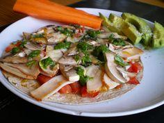 Frokostinspiration #2: Frokostpizza på tortilla med kylling, tomat og champignon