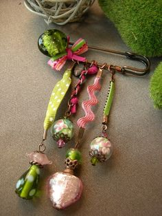 Brooch instead of corsages. Like the idea of the ribbon & rick rack. Jewelry Crafts, Jewelry Art, Beaded Jewelry, Jewelry Design, Jewellery, Safety Pin Crafts, Safety Pin Jewelry, Textile Jewelry, Fabric Jewelry