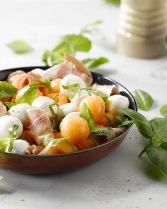Een frisse salade, een heerlijke combinatie: meloen, parmaham, munt en bolletjes buffelmozzarella. De zomer op je bord!