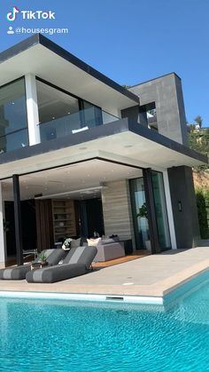 Do you like this architecture? - Do you like this architecture? This property is currently on the market in Hollywood. Home Building Design, Building A House, Modern Architecture House, Modern Houses, Modern Glass House, Luxury Modern House, Modern Mansion Interior, Modern Pool House, Glass House Design