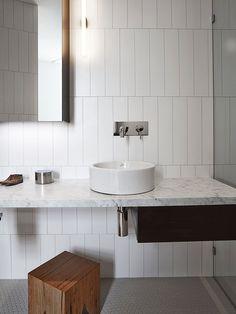 Banheiro Azulejos Retangulares e pia de Mármore