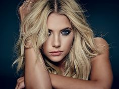 Image about ashley benson in pll by Rafaela Fries Hanna Marin, Ashley Benson, Pretty People, Beautiful People, Beautiful Ladies, Pretty Little Liars Hanna, Spencer Hastings, Victoria, Belleza Natural