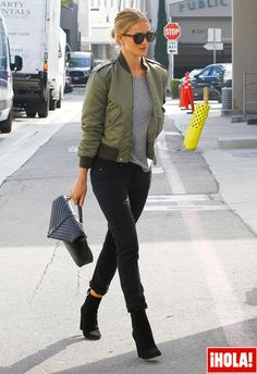 La clásica chaqueta desestructurada que marcó los 90's vuelve a conquistar el armario femenino, eso sí, reinventado su estética y adaptándose al estilo de cada mujer. 'Celebrities' y 'trendsetters' ya se han atrevido con ella, ¿y tú? Descubre cómo combinarla con estos 5 'looks' VIP.