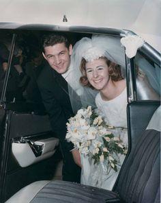 Photo surprise dans la voiture des mariés, 1966 (Phillip Pessar / CC ... http://yesidomariage.com - Conseils sur le blog de mariage