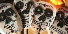 Dia de los Muertos masks from milk cartons. Halloween Carnival, Holidays Halloween, Halloween Fun, Camping Crafts, Fun Crafts, Arts And Crafts, Projects For Kids, Diy For Kids, Crafts For Kids