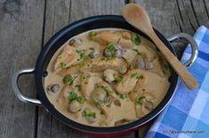 Piept de pui cu ciuperci si smantana la tigaie | Savori Urbane Healthy Cooking, Healthy Life, Cheeseburger Chowder, Thai Red Curry, Carne, Bacon, Stuffed Mushrooms, Good Food, Food And Drink