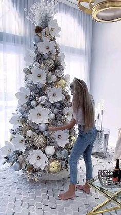 White Christmas Tree Decorations, Elegant Christmas Trees, Creative Christmas Trees, Gold Christmas Tree, Rustic Christmas, Christmas Wreaths, Christmas Crafts, Holiday Decor, Christmas Lockscreen