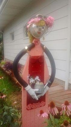 Ironing board lady Garden Whimsy, Garden Junk, Metal Garden Art, Diy Garden Decor, Garden Crafts, Garden Projects, Bowling Ball Garden, Scarecrows For Garden, Horseshoe Crafts
