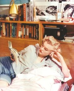 The Ghost of Yesterday - Marilyn Monroe with her books and journals, circa early - I Love Books, Books To Read, Celebrities Reading, Woman Reading, Reading Time, Norma Jeane, Classic Movies, Audrey Hepburn, Old Hollywood