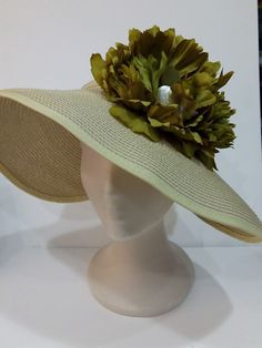Pamela de rafia custumizada con flores tonos verdes musgo.