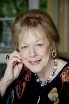 Antonia Fraser - Novelist and writer of biographies and history. Book - The Complete works of Walter Scott. Luxury - Strings and strings of false pearls. 27-7-2008.