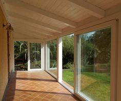 Veranda con alzanti scorrevoli PSK e fissi profilo KONCEPT, bianco effetto legno fiammato. #oknoplast #Koncept #veranda #giardino #house #home #design