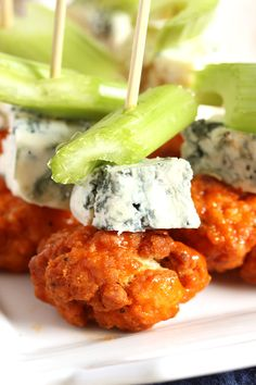 Buffalo Chicken Skewers with Spicy Avocado Ranch Dipping Sauce An easy appetizer for your game day party! Ready in just 20 minutes. Wedding Appetizers, Yummy Appetizers, Appetizer Recipes, Delicious Snacks, Skewer Appetizers, Healthy Snacks, Appetizers For Summer, Appetizers For Dinner Party, Christmas Cocktail Party Appetizers