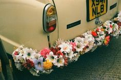 Looking for some cute just married wedding car ideas? Here's 18 fun ways to decorate your car. Wedding Fotos, Wedding Ideias, Wedding Car, Wedding Bells, Wedding Flowers, Dream Wedding, Bridal Car, Bouquet Flowers, Wedding Bouquet