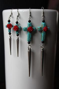 Blue Cross-earrings with red roses, black glass beads en studs. €8,95, via Etsy.