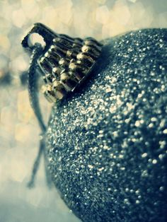 Holiday ornaments to add some sparkle to the home. #lulusholiday#AGholidaysparkle