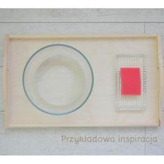 Taca drewniana, wyciskanie gąbki, aktywność dla maluchów, inspirowane Montessori.