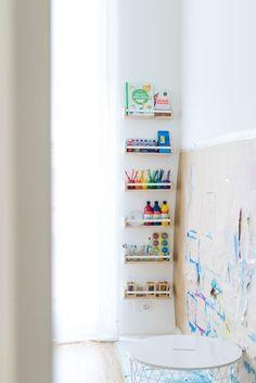 Malen im Stehen: Unsere Malwand und Kreativecke für Kinder. Mit einem IKEA-Hack könnt ihr eine Malecke in einem Kinderzimmer oder in der Kita einric...  # #