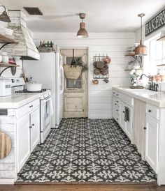 No matter what size or shape, here are 20 Great Kitchen Styling + Staging Ideas .No matter what size or shape, here are 20 Great Kitchen Styling + Staging Ideas Source by decoratedli. Home Decor Kitchen, New Kitchen, Home Kitchens, Awesome Kitchen, Decorating Kitchen, Farm House Kitchen Ideas, White Appliances In Kitchen, Kitchen Staging, Galley Kitchen Design