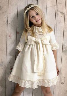 Los lazos, un factor común en los vestidos de pajes / niñas de arras