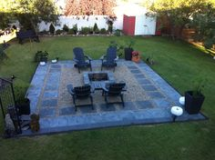 Could totally do this. Charcoal slate patio stones with pea stone gravel. A square fire pit to compliment the patio stones! Easy to build as long as you have a level backyard. Fire Pit Area, Diy Fire Pit, Fire Pit Backyard, Backyard Patio, Backyard Seating, Garden Seating, Desert Backyard, Sloped Backyard, Modern Backyard