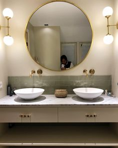 Sage kleur tegels, gouden ronde spiegel, marmer #marble #sage #cottoceramix Bathroom Interior Design, Marble, Toilet, Mirror, Storage, Inspiration, Furniture, Home Decor, Design Ideas