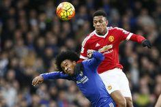 Willian (esq.) em disputa de bola com Martial, do Manchester United (Stefan Wermuth - 7.fev.2016/Reuters)