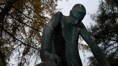 Diese Statue des gebeugten Hiob wacht über die Gräber der NS-Opfer auf dem Frankfurter Hauptfriedhof.