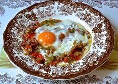 Huevo con piperrada Eggs, Breakfast, Food, Onion, Vegetables, Spanish Cuisine, Morning Coffee, Essen, Egg