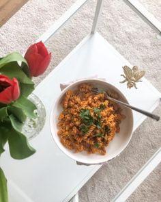 Wie man aus sehr wenig, sehr viel machen kann und weshalb Oma's genial sind... oder einfach: Linsen mit Semmelknödel - Kitchen Stories Chana Masala, Ethnic Recipes, Food, Simple, Essen, Meals, Yemek, Eten