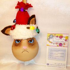 modèle: Grumpy Cat  Décoration de Noël réalisée à partir d'objets recyclés Pour commander: https://www.facebook.com/LesFantaisiesdeMamzelleSofy