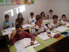 Alumnes de 1r de Llenguatge Musical de la professora Míriam Cueves, a classe (juny 2011).