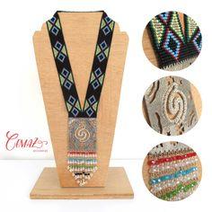 Somos Jair y Cecilia, y bienvenido a CEMAZ.  Este hermoso collar esta tejido a mano en telar, con mostacillas checas de alta calidad, placas de bronce con