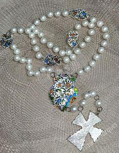 Conheça as peças de Isaura Marques e inspire-se com a sua arte... Este mês ofereça um terço....  Peça-nos mais informações ou visite as suas páginas para conhecer mais do seu trabalho ... Facebook: www.facebook.com/isaura.s.marques Instagram: www.instagram.com/isaura.s.marques/ Pearl Necklace, Pearls, Facebook, Instagram, Jewelry, Diy Arts And Crafts, May, Artists, Jewlery