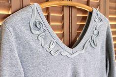 Tenemos varias camisetas, siempre con el mismo estampado liso o muy cargado. Entonces nos propusimos a crear una especie de invento con una camiseta lisa y sin gracia, tomamos una tira de otra camiseta que reformamos (pronto la subiremos) y armamos una camiseta mas delicada y sencilla de hacer. Podemos crear las siluetas que se nos ocurra o de los colores que nos gusten. Sigue leyendo esta manualidad para aprender  Como decorar una camiseta.