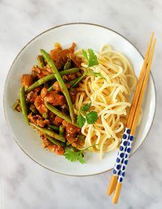Kip met sperzieboontjes uit de wok: een snel, simpel en lekker wokgerecht met kip, sperziebonen, kokosmelk, sambal badjak, sereh, vissaus, ketjap medja en udon noedels. Mmm! Japchae, Noodles, Spaghetti, Food And Drink, Healthy Recipes, Cooking, Ethnic Recipes, Bowls, Om