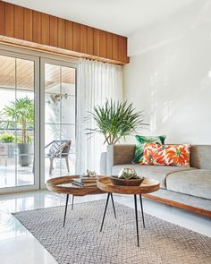 Mumbai: This apartment is a fusion of contemporary earthiness and tropical prints Flat Interior, Apartment Interior, Apartment Design, Interior Design Living Room, Living Room Designs, Living Room Decor, Living Rooms, Interior Tropical, Tropical Home Decor