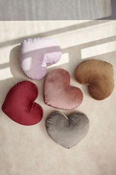 Διακοσμητικό μαξιλάρι σε σχήμα καρδιά από την εταιρεία Palamaiki. Το ύφασμα είναι βελουτέ από 100% polyester σε 5 αποχρώσεις. Η γέμιση δεν αφαιρείται.