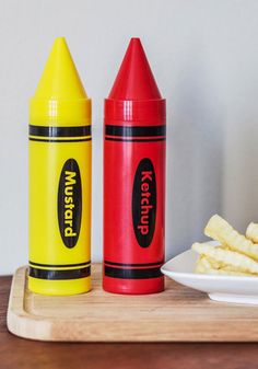 Primed to Picnic Condiment Dispenser Set. Let your next outdoor meal become infused with youthful joy by filling these crayon condiment containers! Cute Kitchen, Kitchen Items, Kitchen Gadgets, Vintage Kitchen, Retro Vintage, Kitchen Decor, Kitchen Stuff, Kitchen Dining, Kitchen Things